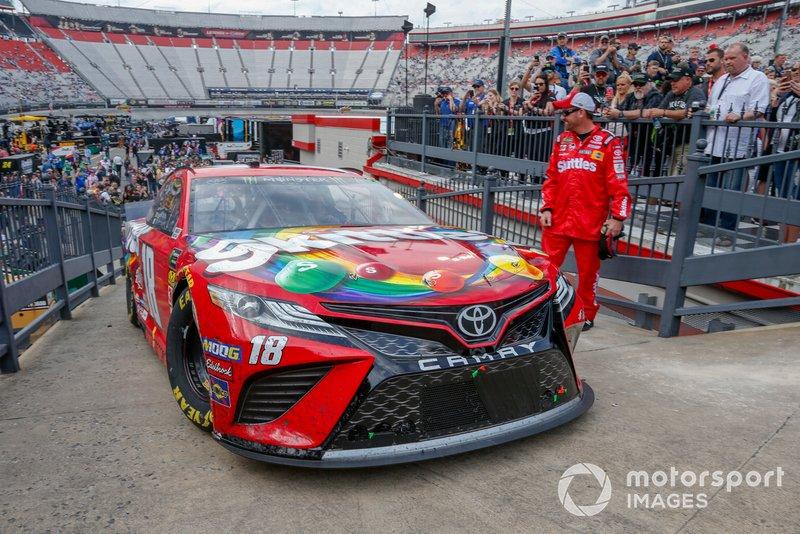 Kyle Busch, Joe Gibbs Racing, Toyota Camry Skittles pulling into victory lane