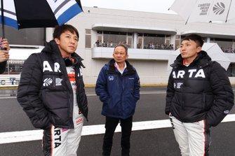伊沢拓也と野尻智紀(#8 ARTA NSX-GT)、佐伯昌浩ラージプロジェクトリーダー(中央)