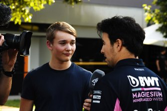 Billy Monger, Channel 4 TV Pundit, parla con Sergio Perez, Racing Point