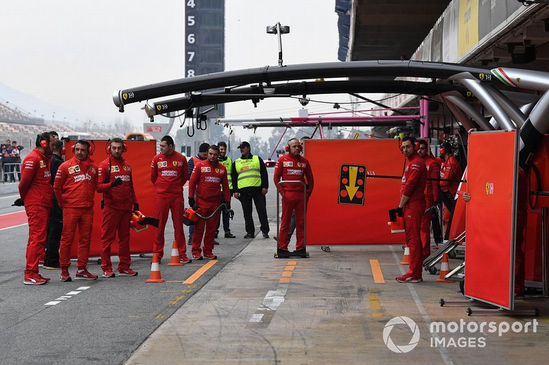 Meccanici Ferrari e pannelli