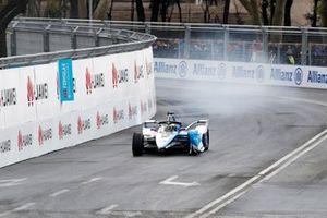 Alexander Sims, BMW I Andretti Motorsports, BMW iFE.18, sans aileron avant après un accrochage