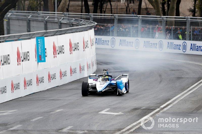 Alexander Sims, BMW I Andretti Motorsports, BMW iFE.18 sin alerón delantero después de una colisión
