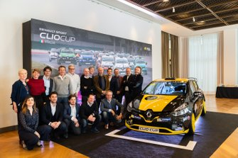 I protagonisti della Press League posano con la Clio RS 1.6 turbo
