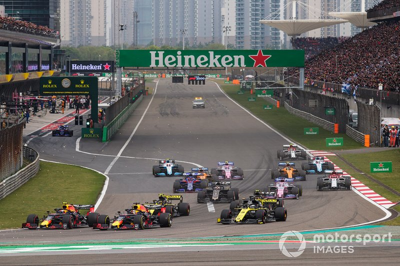 Max Verstappen, Red Bull Racing RB15, leads Pierre Gasly, Red Bull Racing RB15, Daniel Ricciardo, Renault F1 Team R.S.19, Nico Hulkenberg, Renault F1 Team R.S. 19, Romain Grosjean, Haas F1 Team VF-19, Sergio Perez, Racing Point RP19, and the remainder of the field at the start