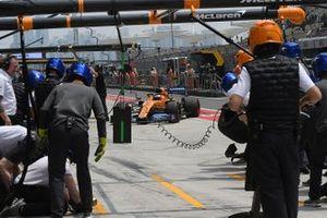 Carlos Sainz Jr., McLaren MCL34, faisant un arrêt au stand durant les essais