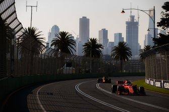 Sebastian Vettel, Ferrari SF90, y Max Verstappen, Red Bull Racing RB15