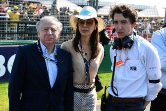 Jean Todt, président de la FIA, sa femme Michelle Yeoh et Pierre Guyonnet-Duperat, délégué médias adjoint Formule 1 à la FIA
