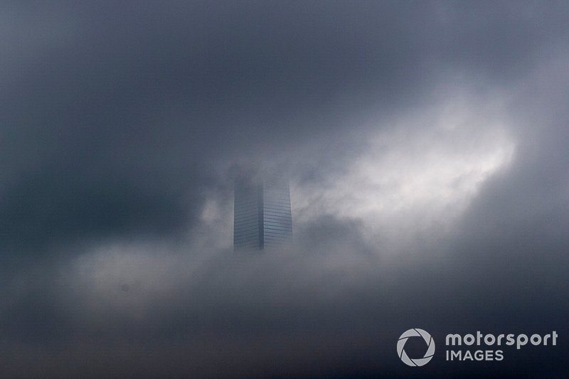 La vista de Hong Kong bajo nubes grises