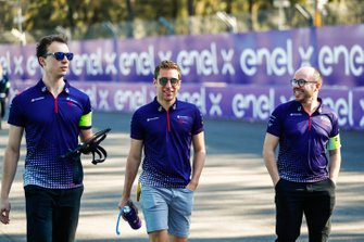 Robin Frijns, Envision Virgin Racing on the track walk with the team