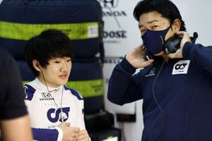 Yuki Tsunoda, Honda Formula Dream Project speaks to an engineer in the garage