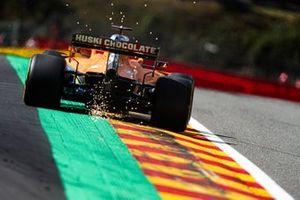 Scintille generate dall'auto di Carlos Sainz Jr., McLaren MCL35