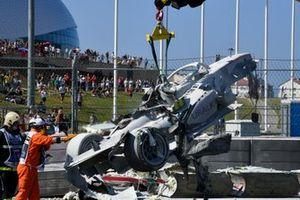 Разбитый болид Луки Гьотто, Hitech Grand Prix после столкновения с Джеком Эйткеном, Campos Racing