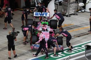 Sergio Perez, Racing Point RP20, is torna nel garage
