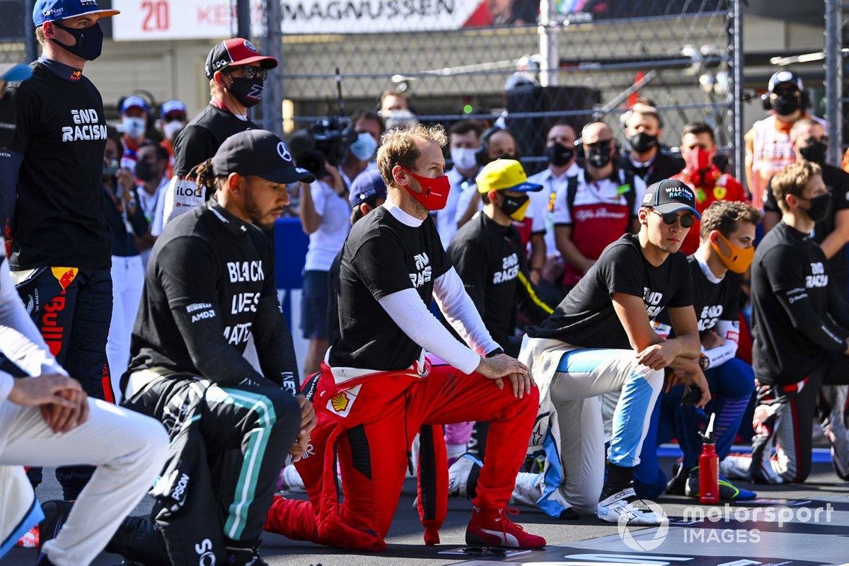 Los pilotoss se paran y se arrodillan en apoyo de la campaña para el fin del racismo