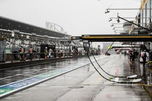 Equipment and rain in the pit lane
