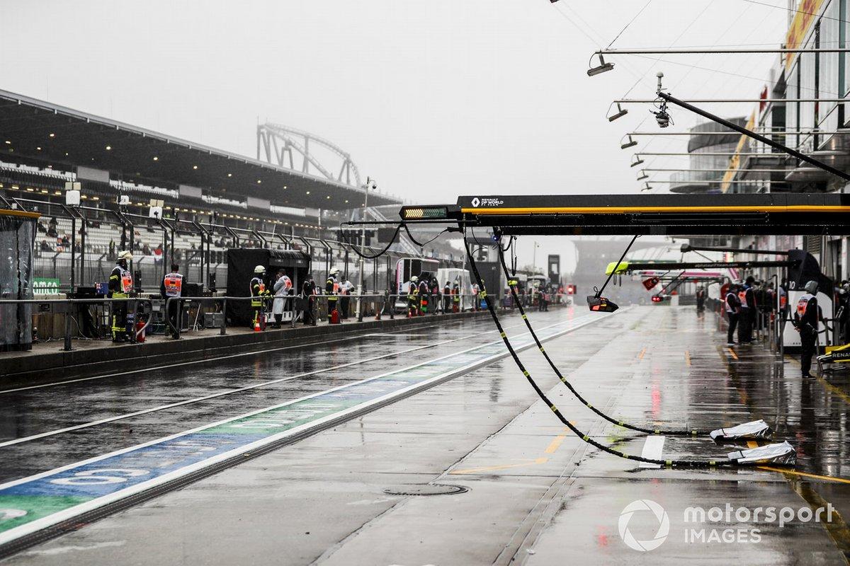 Equipo y lluvia en el pit lane