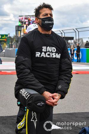 Daniel Ricciardo, Renault F1, se arrodilla en apoyo de la campaña