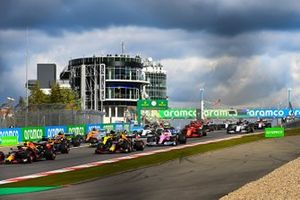 Max Verstappen, Red Bull Racing RB16, Alex Albon, Red Bull Racing RB16, Daniel Ricciardo, Renault F1 Team R.S.20, and the remainder of the field at the start
