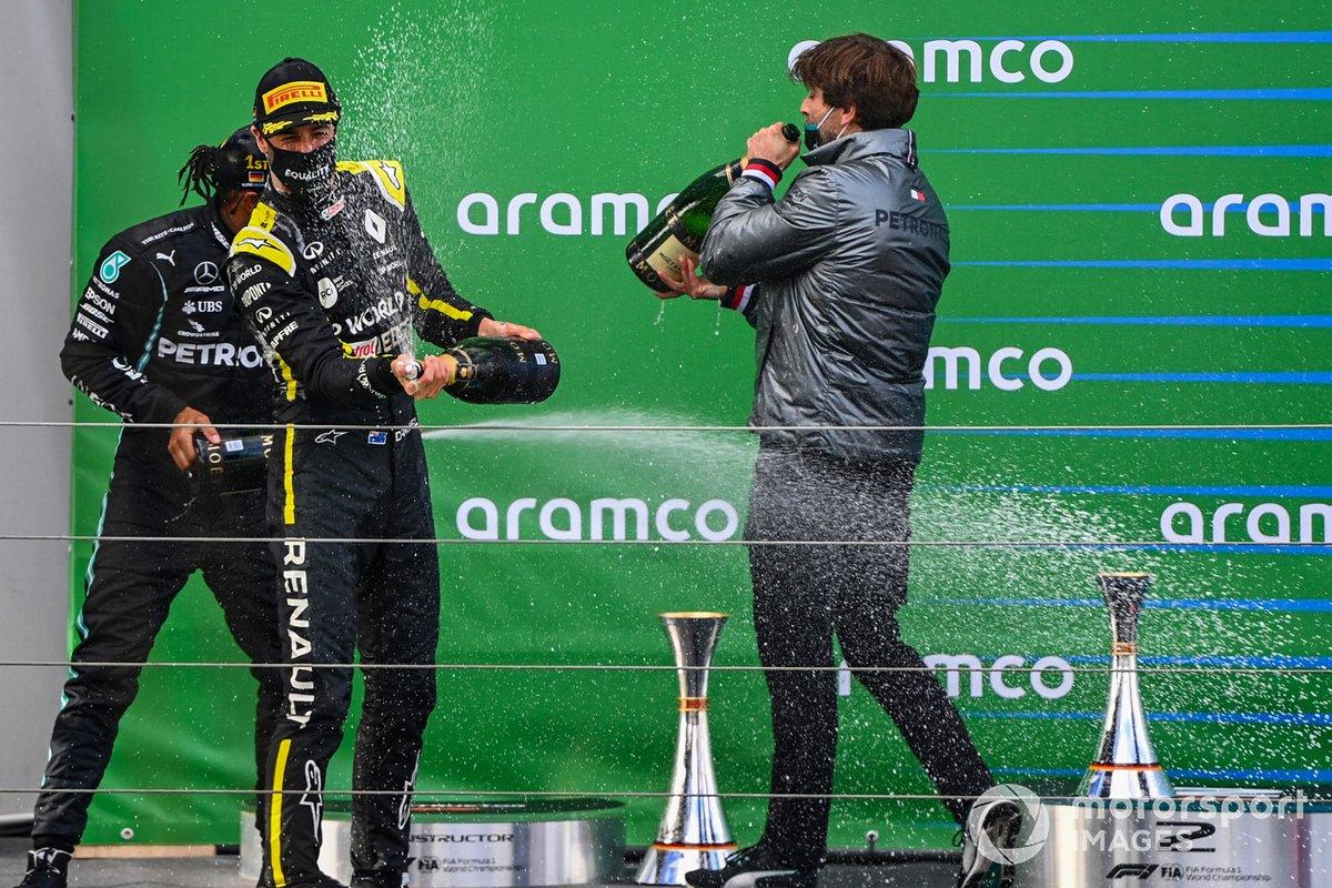 Daniel Ricciardo, Renault F1, 3rd position, sprays Champagne from the podium