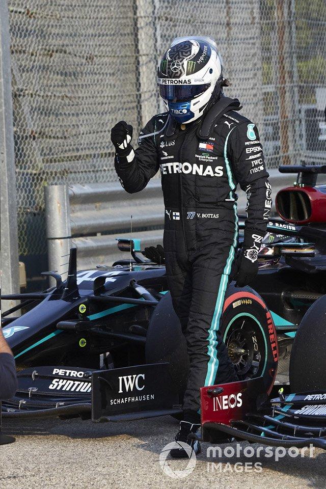 Valtteri Bottas, Mercedes-AMG F1, festeggia nel parco chiuso