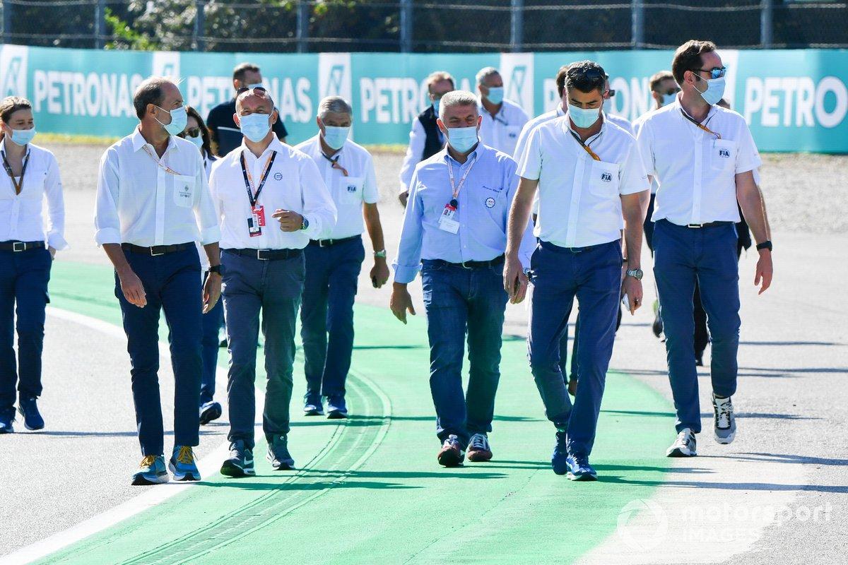 Michael Masi, director de carrera de la F1, inspecciona el circuito de Monza con representantes de la FIA y del ACI (Automobile Club d'Italia)