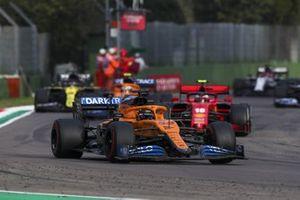 Carlos Sainz Jr., McLaren MCL35, Charles Leclerc, Ferrari SF1000, y Lando Norris, McLaren MCL35