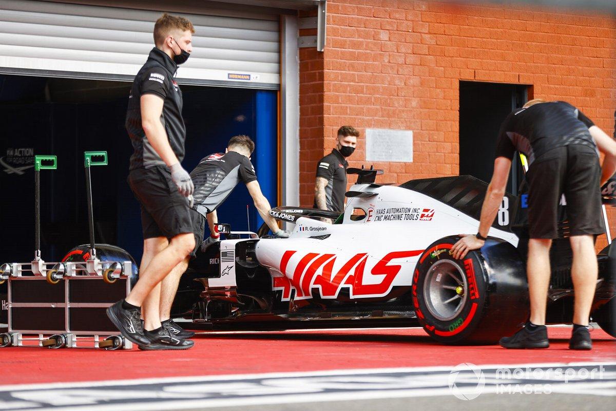 El monoplaza de Romain Grosjean, Haas VF-20, va al escrutinio de la FIA