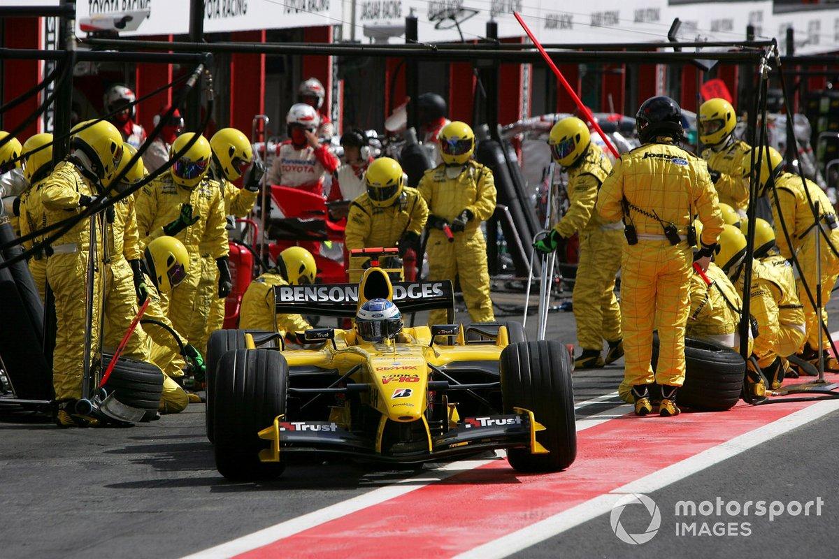 В общей сложности после первого круга гонка лишилась четырех участников, еще шестерым пришлось ехать в боксы для ремонта