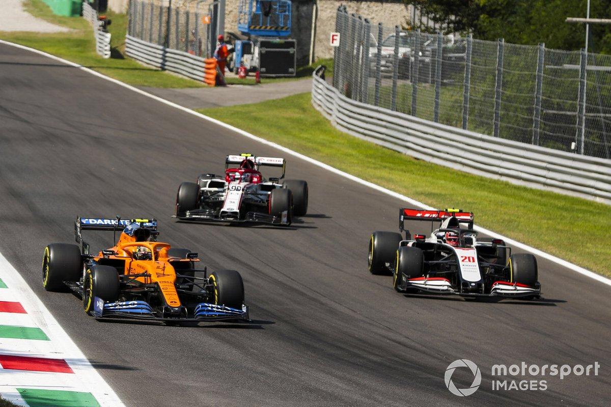 Lando Norris, McLaren MCL35, Antonio Giovinazzi, Alfa Romeo Racing C39 e Kevin Magnussen, Haas VF-20