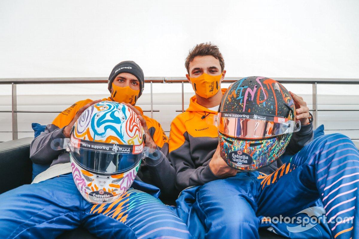 Carlos Sainz Jr., y Lando Norris, McLaren con sus cascos especiales para Nürburgring