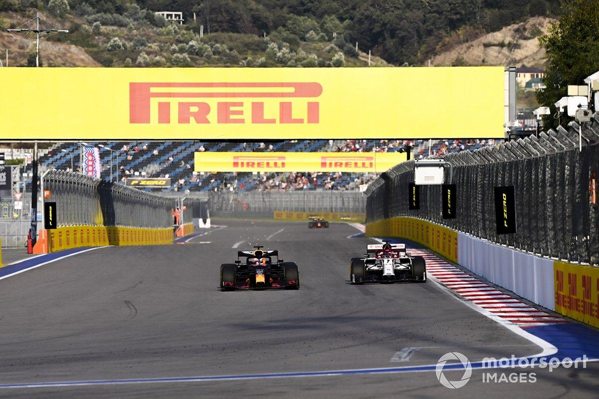 Max Verstappen, Red Bull Racing RB16 e Kimi Raikkonen, Alfa Romeo Racing C39