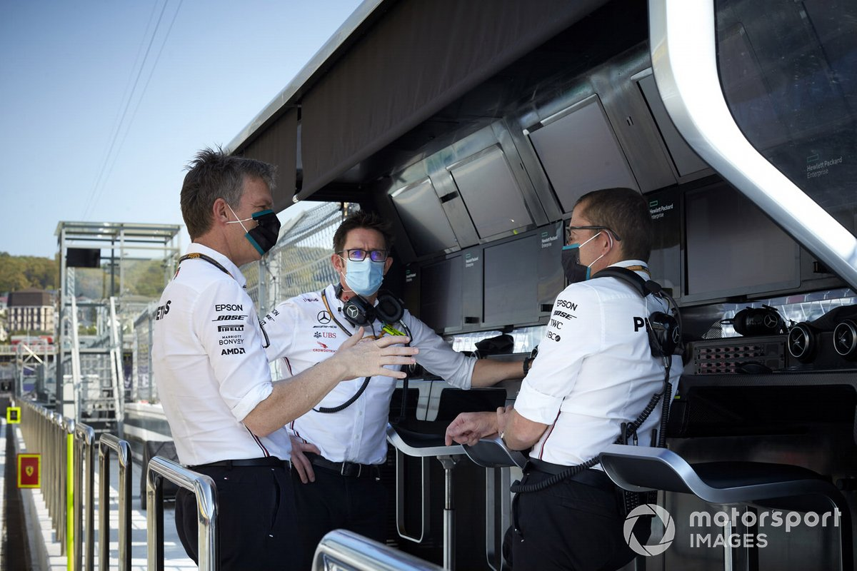 James Allison, Director Técnico, Mercedes AMG, en el pit wall