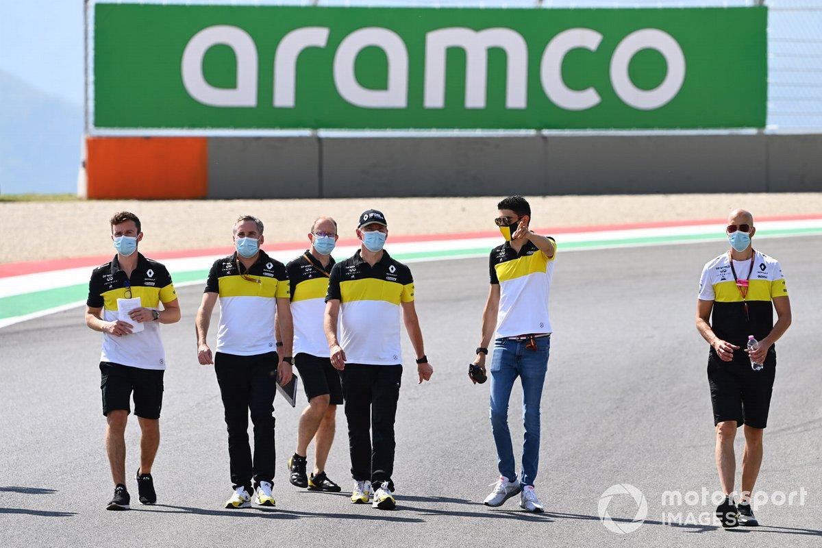Esteban Ocon, Renault F1, cammina in pista con i colleghi