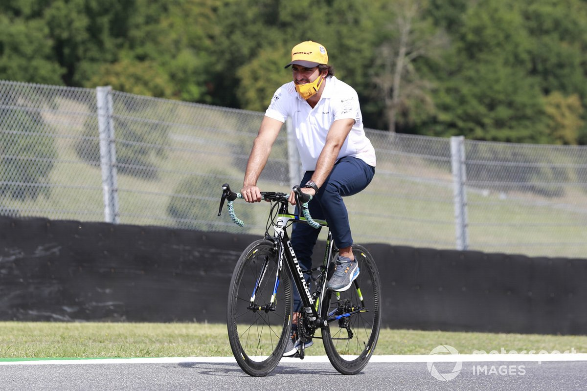 Carlos Sainz Jr., McLaren, en bicicleta
