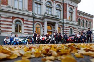 Gruppenfoto: Fahrer und Beifahrer der WRC-Saison 2021 bei der Rallye Finnland