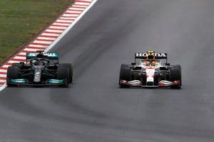 Lewis Hamilton, Mercedes W12, strijdt met Sergio Perez, Red Bull Racing RB16B
