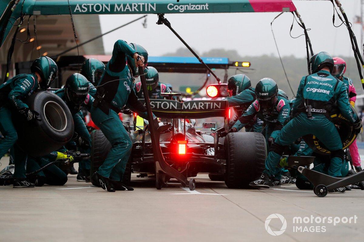 Lewis Hamilton, Mercedes W12, en pits
