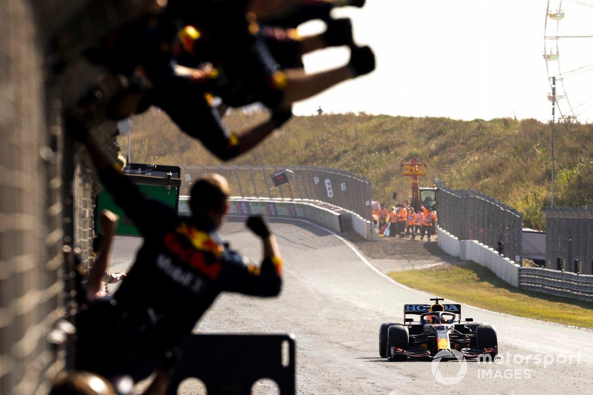 Ganador Max Verstappen, Red Bull Racing RB16B cruza la meta