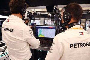 Toto Wolff, Team Principal et PDG, Mercedes AMG, regarde le radar météo