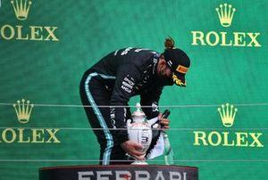 le troisième Lewis Hamilton, Mercedes, avec son trophée et le Champagne