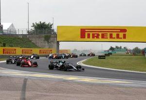 Sebastian Vettel, Aston Martin AMR21, Carlos Sainz Jr., Ferrari SF21, and Yuki Tsunoda, AlphaTauri AT02
