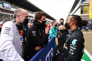 Lewis Hamilton, Mercedes, 1e plaats, spreekt met Toto Wolff, Team Principal en CEO, Mercedes AMG, na de race