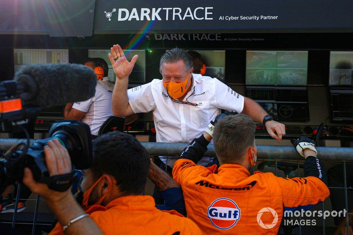 Zak Brown, director general de McLaren Racing, y el equipo McLaren celebran la victoria
