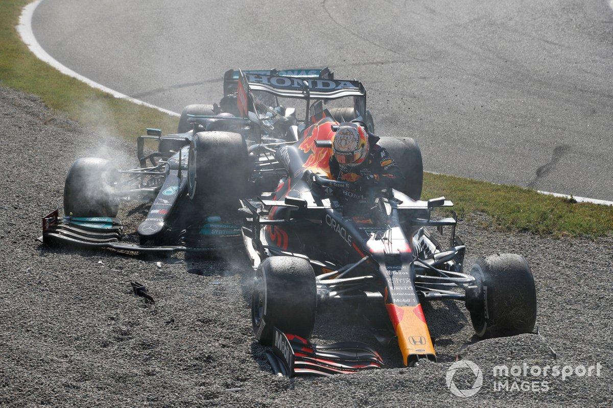 Max Verstappen, Red Bull Racing RB16B, y Lewis Hamilton, Mercedes W12, chocan en la primera chicane y se retiran de la carrera