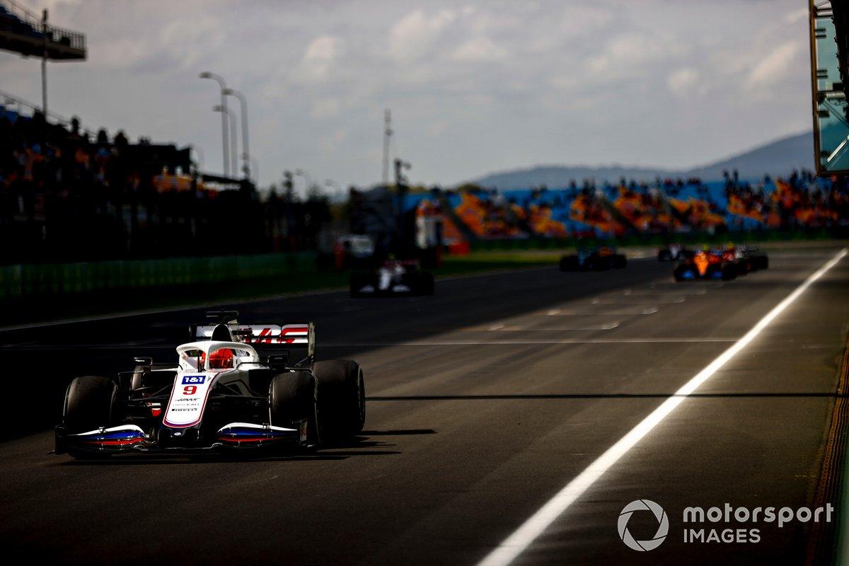 Nikita Mazepin, Haas VF-21, e altri piloti si esercitano nelle procedure di partenza alla fine della FP1