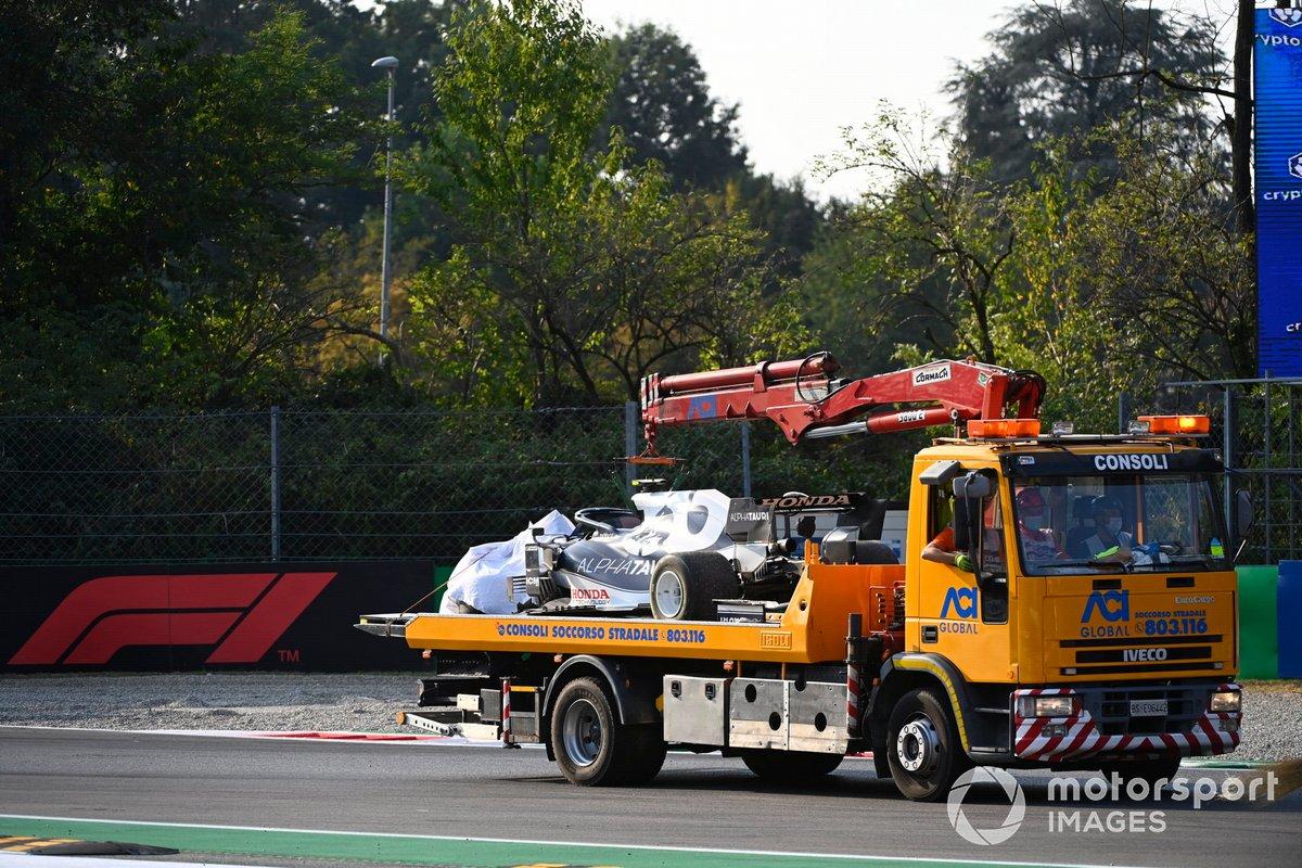 El coche dañado de Pierre Gasly, AlphaTauri AT02, es montado en una grúa