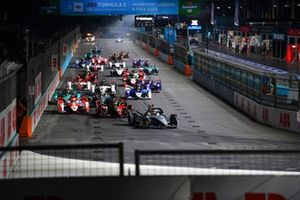 Stoffel Vandoorne, Mercedes-Benz EQ, EQ Silver Arrow 02, Oliver Rowland, Nissan e.Dams, Nissan IMO3, Alex Lynn, Mahindra Racing, M7Electro, the rest of the field at the start