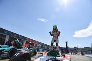 Le vainqueur Lucas Di Grassi, Audi Sport ABT Schaeffler, fête dans le parc fermé
