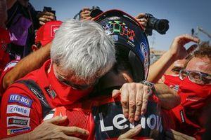 Ganador de la carrera Francesco Bagnaia, Equipo Ducati, celebra con Luigi DallIgna, Director General de Ducati Corse
