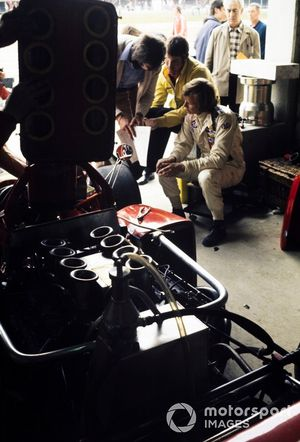 Ronnie Peterson habla con su equipo